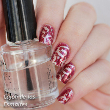 Baroque / brocade nails with red and gold  nail art by Cajon de los esmaltes
