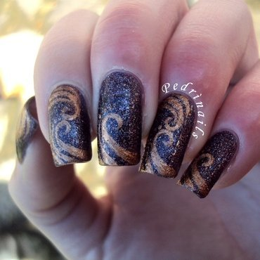 Golden abstract waves on sugar effect base nail art by Pedrinails