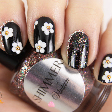 Vintage Daisies and Glitter nail art by Robin