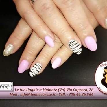 pink stripes nail art by Rossella Landi