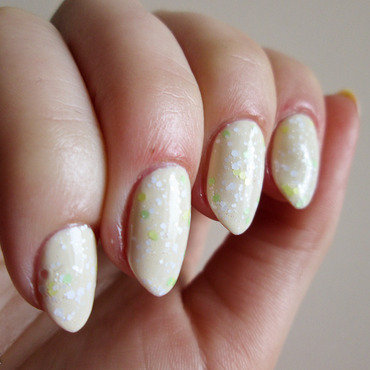 Light lemon with glitter nail art by Yenotek