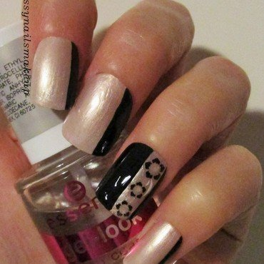 SIDE FRENCH MANI – NUDE & BLACK nail art by sissynailsmakeup