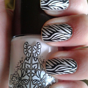 Pearly white and black nail art by Jájis