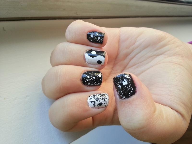 Yin Yang with Glitter nail art by KiboSanti