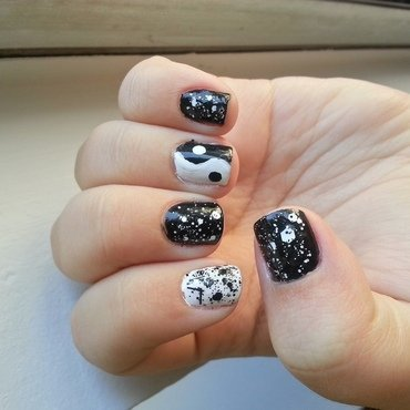 Yin Yang with Glitter nail art by KiboSanti