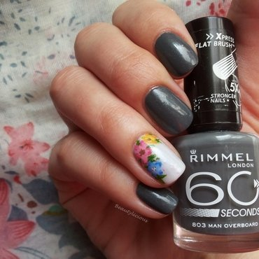 Floral accent nail art by Roxy Ch