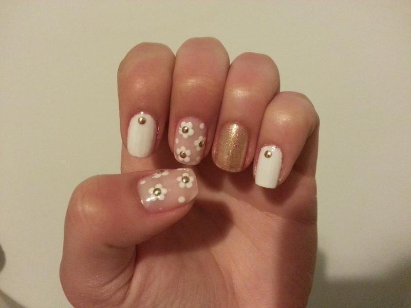 white and gold daisies nail art by Maya Harran