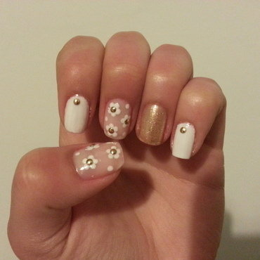 white and gold daisies nail art by Maya Harran