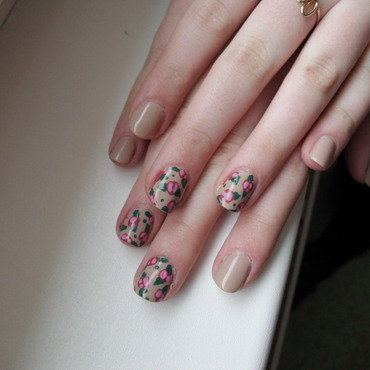 Floral design nail art by Sophie Mácsay