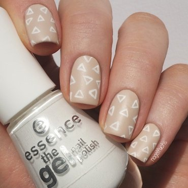 Subtle Nude Triangles nail art by nagelfuchs