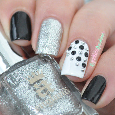 Black 20and 20white 20stud 20nail 20art 205 thumb370f