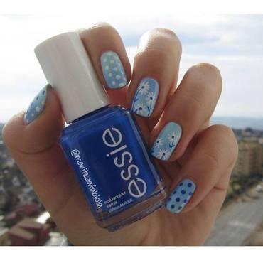 Daisies nail art by Mary