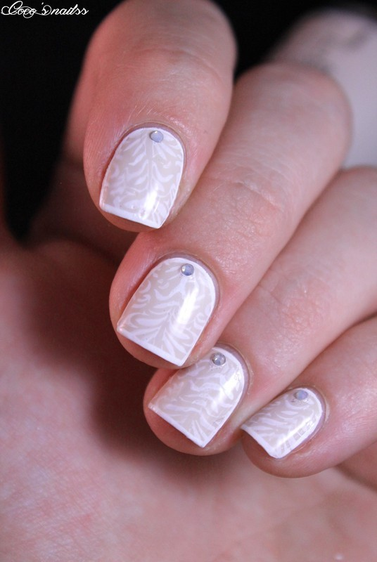 Delicate nail art by Cocosnailss