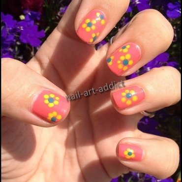 Nail Art : Flower Power nail art by SowNails