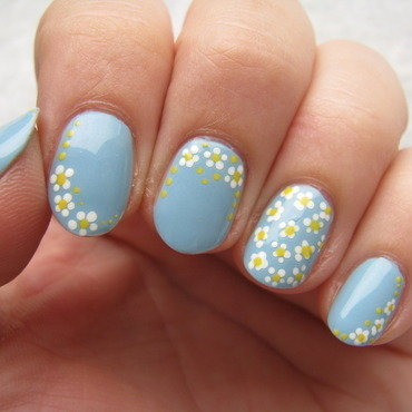 Daisies nail art by Nail Crazinesss