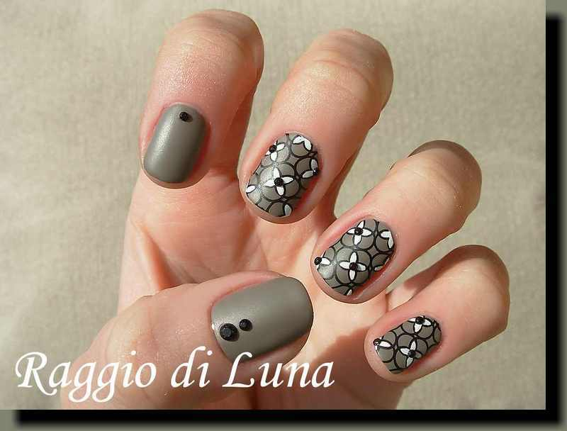 Stamping: White flowers on Yestergrey nail art by Tanja