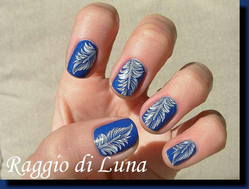 Stamping: White feathers on blue nail art by Tanja