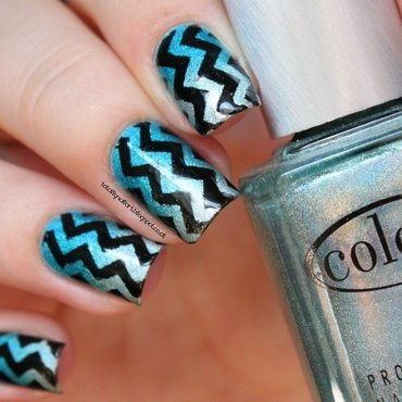 Holo Gradient with Chevron nail art by NailartAddicted