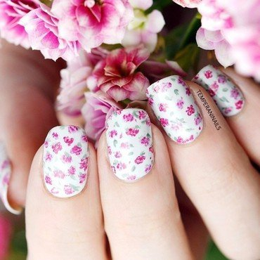 Floral nail art by Temperani Nails