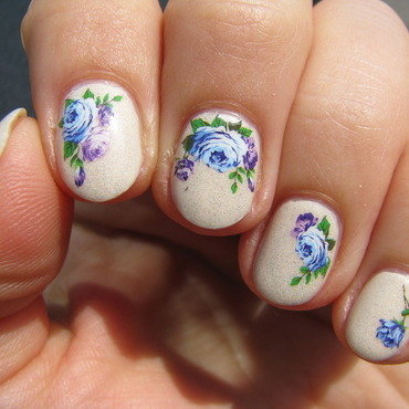 Blue flowers in the sun nail art by Nail Crazinesss