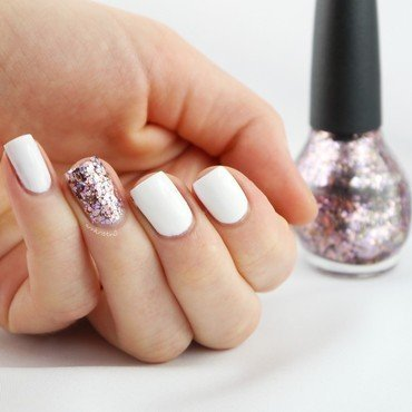 Breast Cancer Awareness Glitter Accent Nail nail art by Ann-Kristin