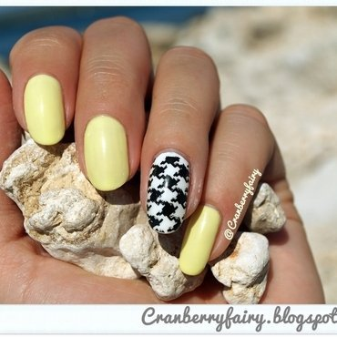 Semilac Banana nail art by Cranberry Fairy