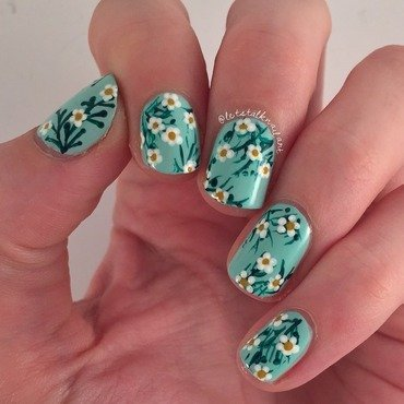 Daisies nail art by Lottie