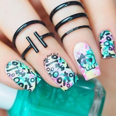 Pretty Scull Design nail art by Lou