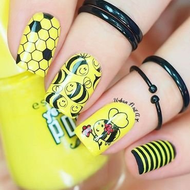 'Bee' Design nail art by Lou
