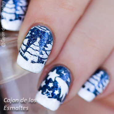 Winter wonderland - Snowy trees and star nail art by Cajon de los esmaltes