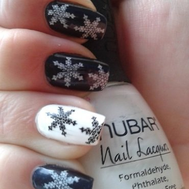Black and white snowflakes nail art by Jájis