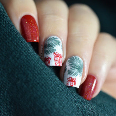 Christmas presents under the tree nails 20 2  thumb370f