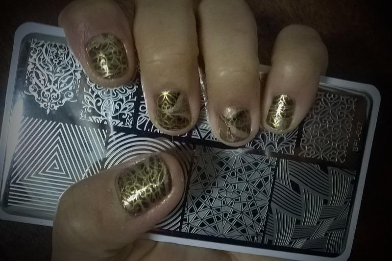 Swirls and Gold nail art by Avesur Europa