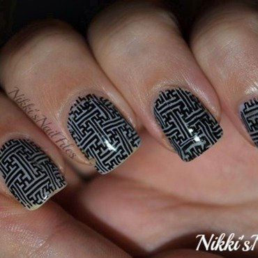 Labrynth Design nail art by nikkisnailfiles