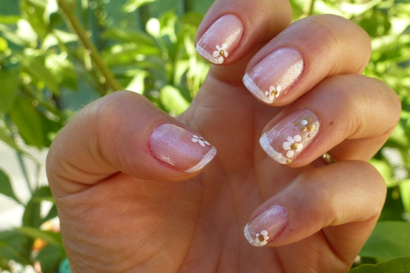 Delicate nail art by Barbouilleuse