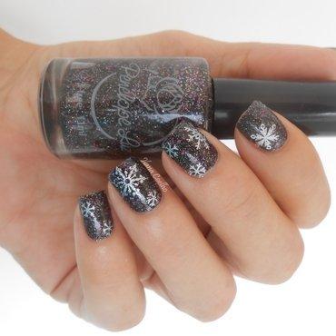snowflake nail art by Ilana Coelho