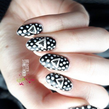 Triangles & Dots nail art by Julia Friedel