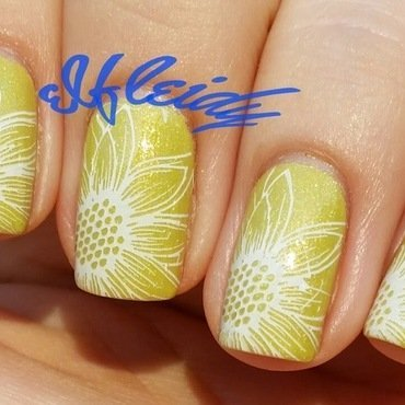 Daisies nail art by Jenette Maitland-Tomblin
