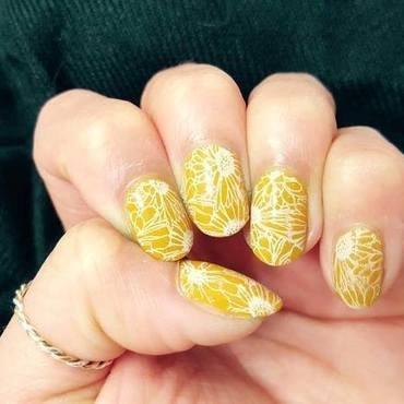 Daisy Chain nail art by Alisha Worth