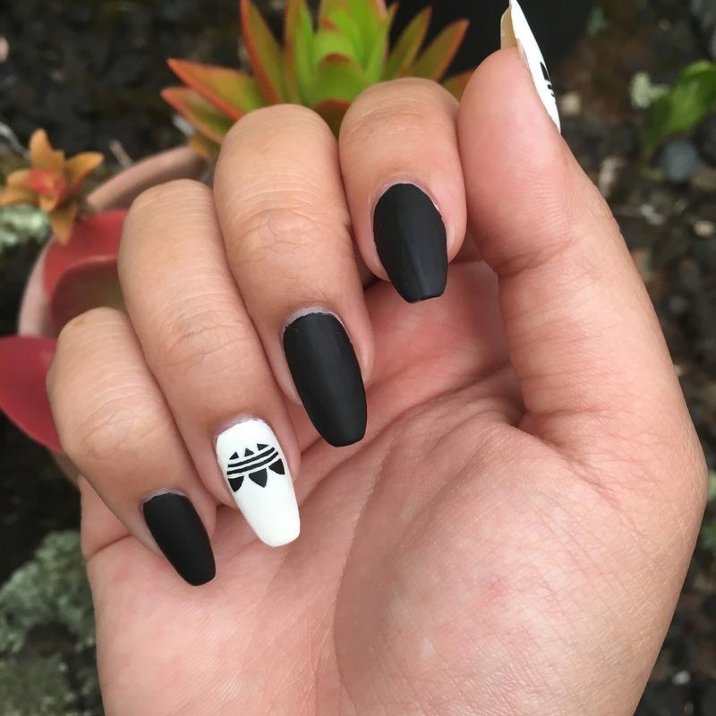 Нарощенные ногти с рисунком адидас фото