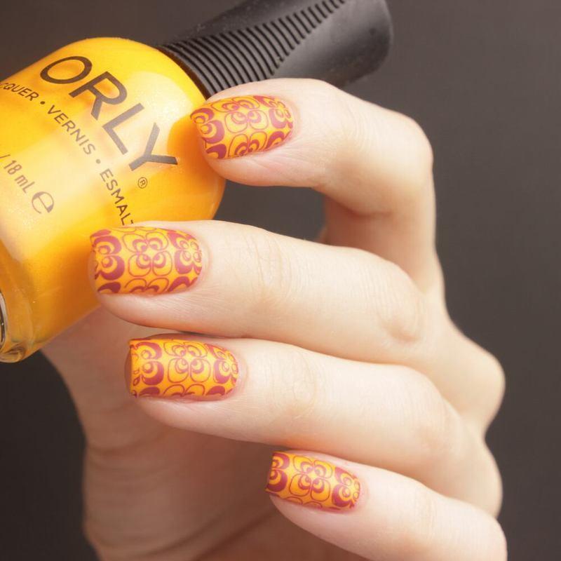 Wallpaper nail art by Tine