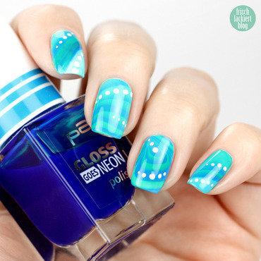 Blue Watermarble nail art by Steffi Frischlackiert