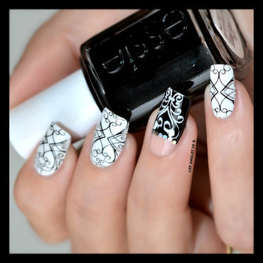 Half-moon & Negative Space nail art by Les ongles de B.
