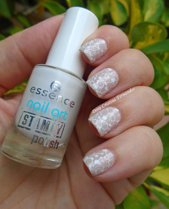 Delicate nail art by Dora Cristina Fernandes