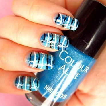 Abstract waves nail art by theCieniu