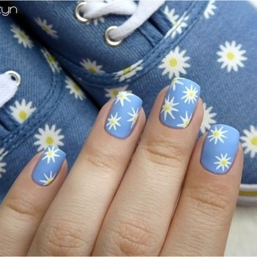 My daisy nails matching my sneakers nail art by barbrafeszyn