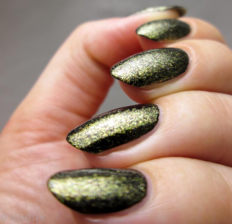 Gold flakies nail art by Yenotek