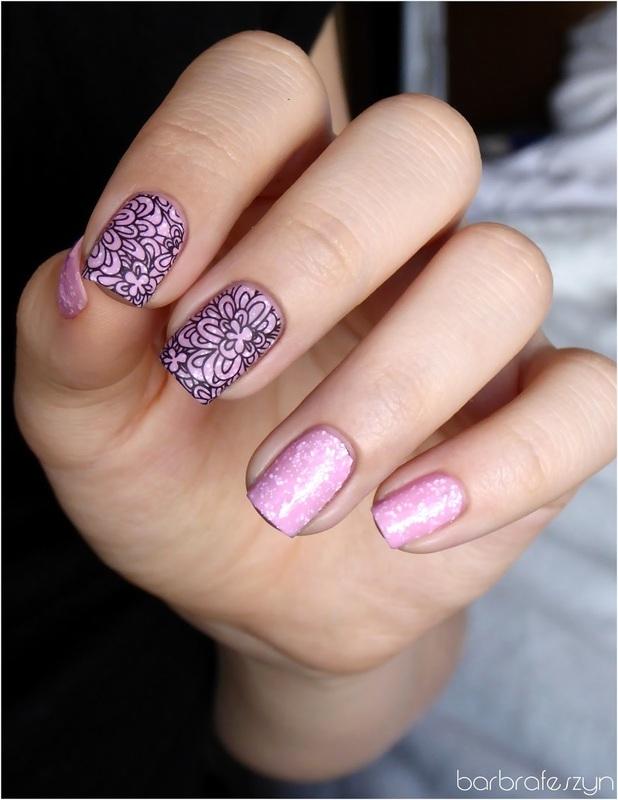 Simple flowers on glitter nail art by barbrafeszyn