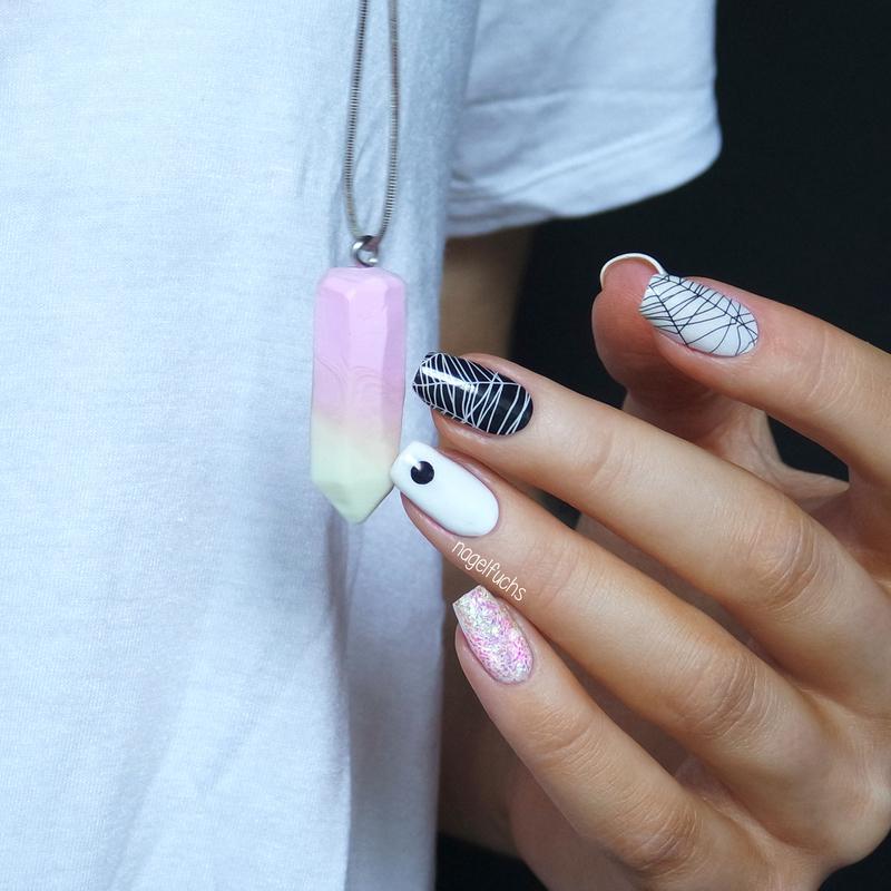 Black / White / Glitter nail art by nagelfuchs
