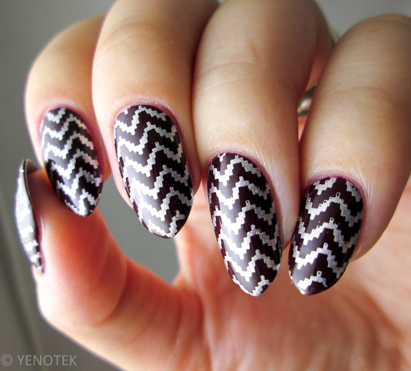 Silver Shevron nail art by Yenotek